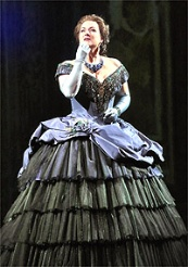 Diana Damrau sings the role of Violetta in Verdis La Traviata © Photo Ken Howard / Met Opera